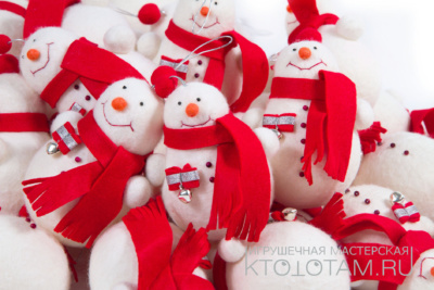 Набор елочных игрушек из войлока ручного валяния, снеговик в шарфе и звезда с декоративными пуговицами
