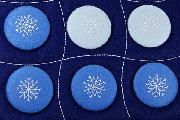 """магнитная игра """"крестики нолики"""" со снежинками в синей гамме на заказ логотипом"""