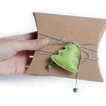 крафтовая коробка для новогоднего подарка с фетровой игрушкой, игрушки из фетра на заказ