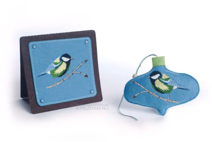 """корпоративный подарочный набор, открытка из фетра и елочный шар """"зимние птицы"""" с логотипом, фетровые сувениры на какза"""