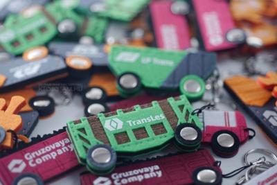сувенир в виде корпоративного транспорта вагоны и паровоз, сувенирная продукция брелоки войлочные, производство брелков в виде логотипа