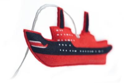 елочная игрушка ручной работы в виде ледокола, игрушка в виде корабля, персонаж на заказ из фетра