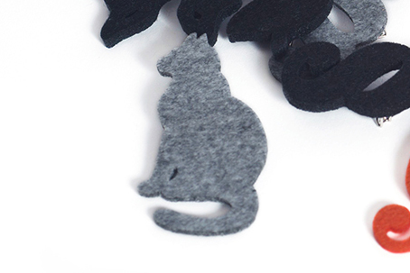 серая кошка, эко значки из фетра, промо сувениры с логотипом на заказ