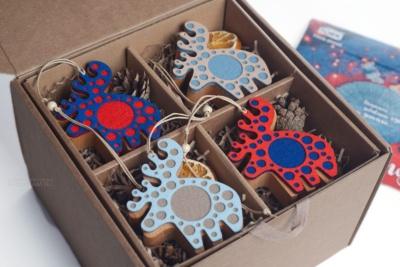 корпоративный подарок на заказ, салфетки, кольца для салфеток, ёлочные игрушки персонажи в коробке с открыткой на заказ с логотипом