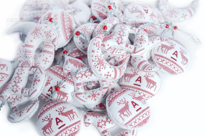ёлочные игрушки с вышивкой крестиком в корпоративном цвете, с логотипом
