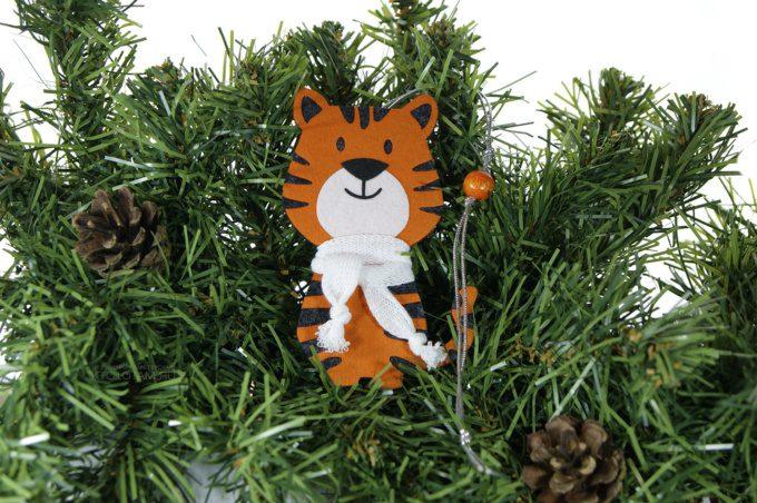 ёлочная игрушка Тигр в шарфике сувенир символ года с логотипом на заказ с аппликацией из фетра